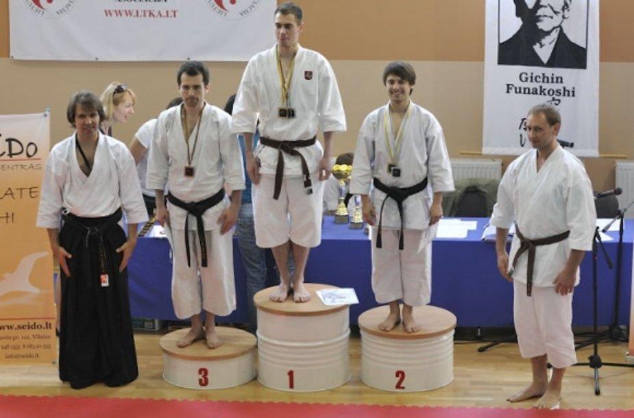 G.Dranevičius (kairėje) ir sportininkai