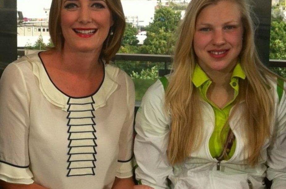 Rūta Meilutytė (dešinėje) su BBC vedėja Lucy Hockings