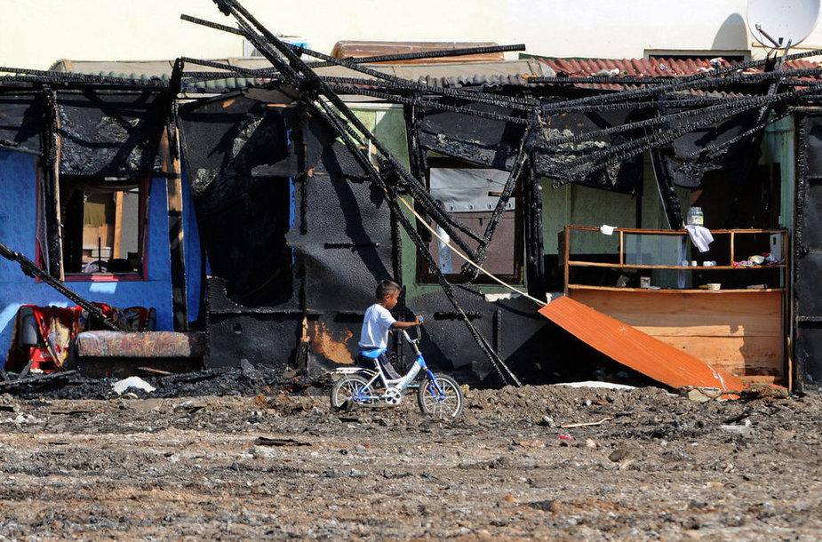 Romų berniukas po gaisro pabėgėlių stovykloje