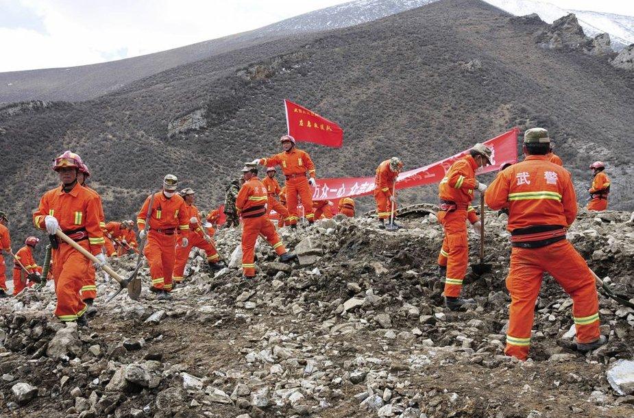 Kinijos gelbėtojai ieško nuošliaužos užverstų žmonių
