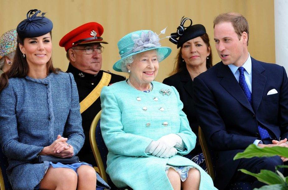 Kembridžo hercogienė Catherine, karalienė Elizabeth II ir princas Williamas (2012-ųjų birželį)