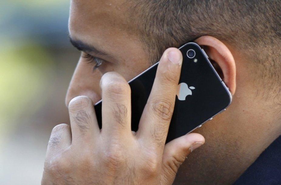 """Žmogus kalba """"Apple"""" telefonu"""
