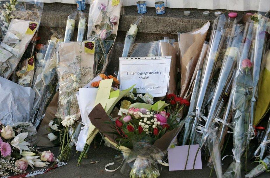 Gėlės prie žydų mokyklos