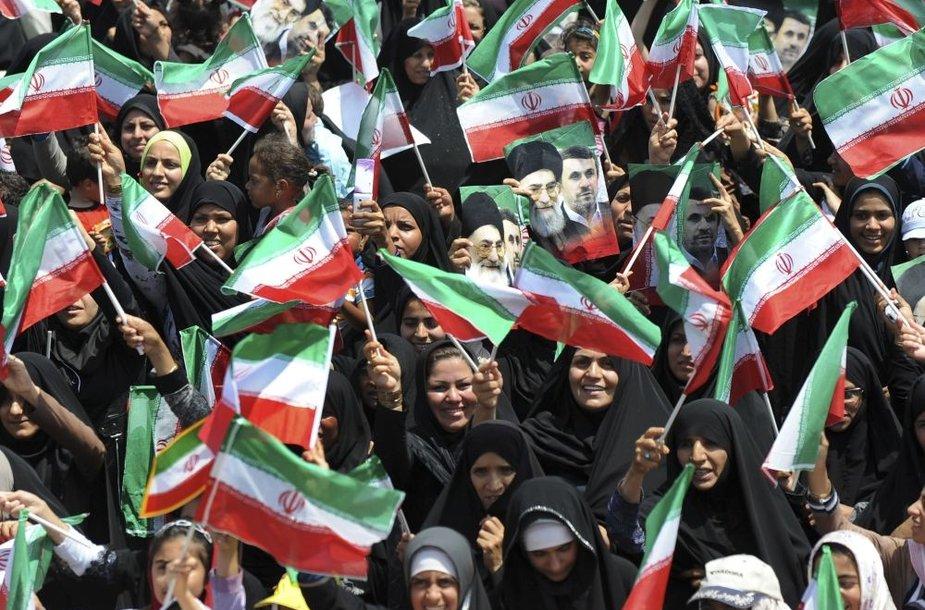 Moterys mojuoja Irano vėliavomis