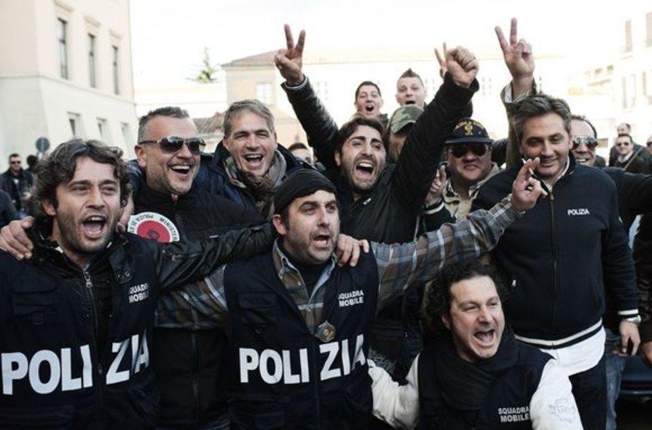 Italijos policininkai švenčia mafijos grupuotės sulaikymą