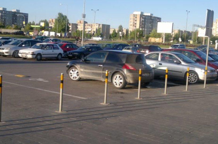 """""""Renault Megane"""" dvejose neįgaliųjų vietose"""