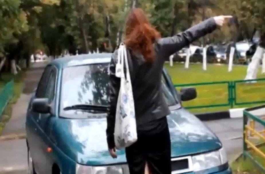 Mergina užstoja kelią vairuotojui