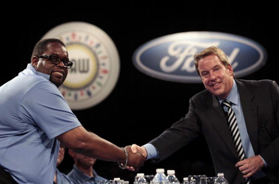 """Automobilių darbuotojų asociacijos viceprezidentas Jimmy Settlesas (kairėje) ir """"Ford"""" valdybos pirmininkas Billas Fordas"""