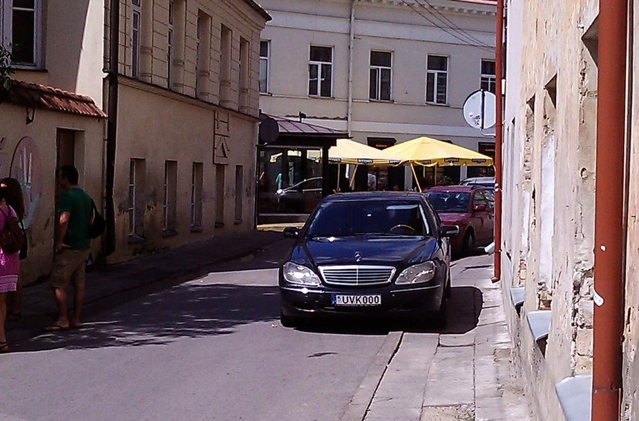 """Mercedes-Benz S500"" ant šaligatvio"