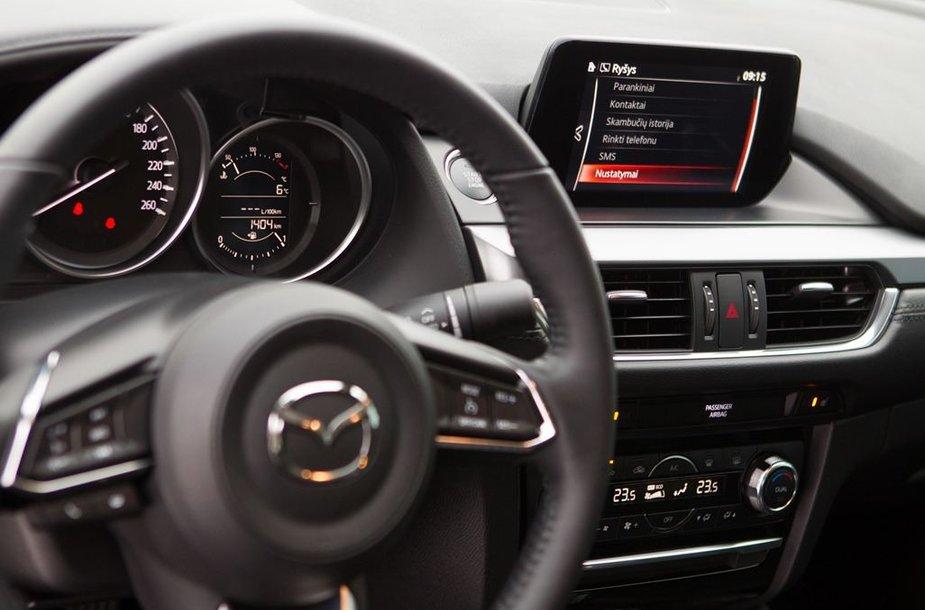 """Atnaujintą """"Mazda6"""" Lietuvoje pristatė japoniški personažai"""