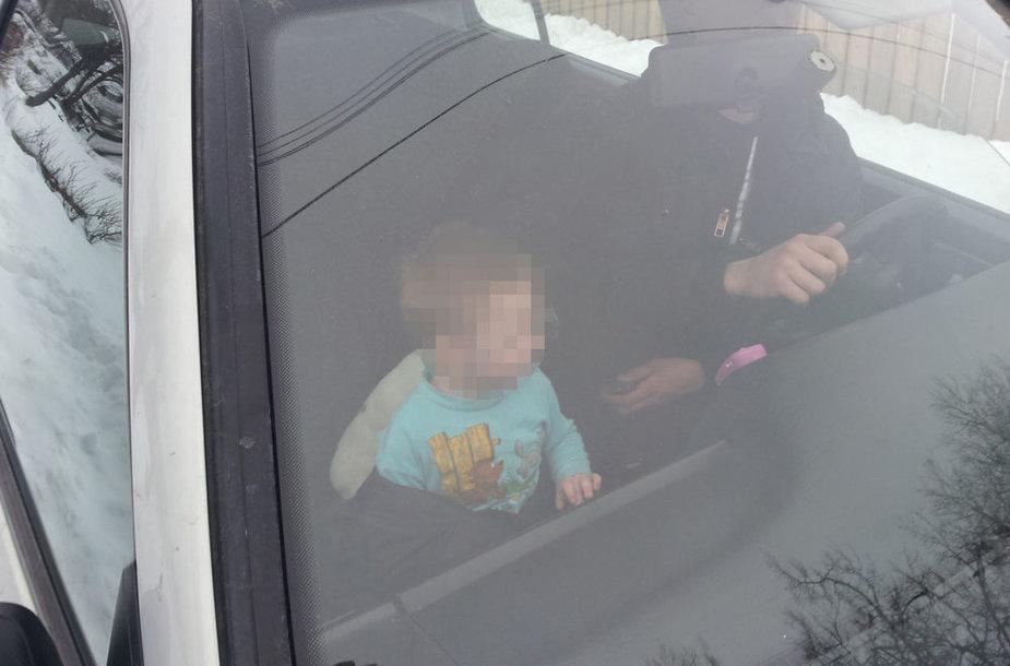 Gatvėje paliktu basu ir pusnuogiu vaiku pasirūpino pro šalį važiavęs pilietis