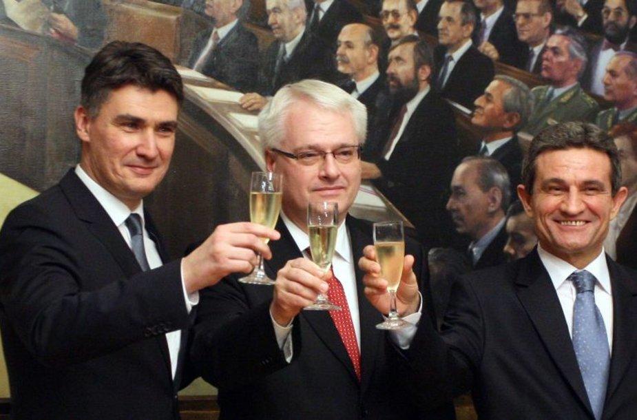 Kroatijos ministras pirmininkas Zoranas Milanovičius, prezidentas Ivo Josipovičius ir Kroatijos parlamento pirmininkas Borisas Spremas švenčia rezultatų paskelbimą