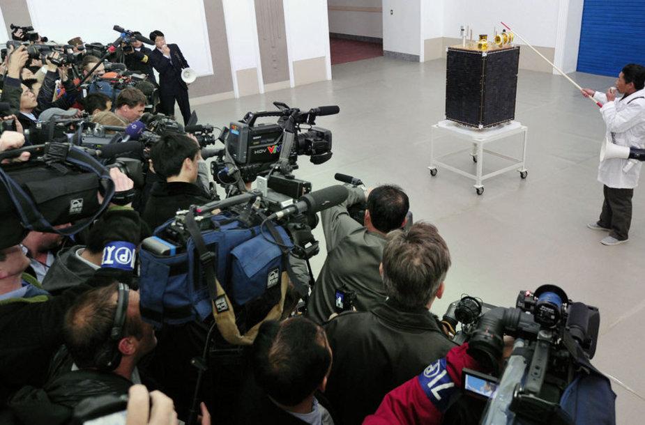 Kosminės programos pareigūnai antradienį Pchenjane surengė retą spaudos konferenciją, kurioje dalyvavo užsienio žurnalistai, jos metu buvo pareikšta, kad trijų pakopų raketa bus paleista kaip planuota