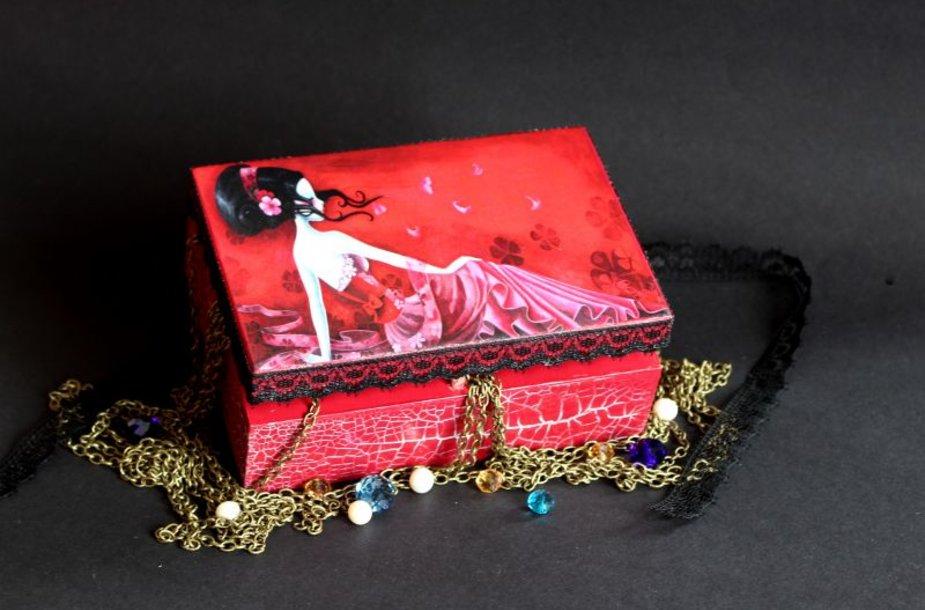 Dekupažo technika dekoruota dėžutė – unikali dovana Kalėdoms