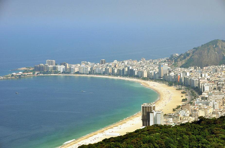 Garsųjį Rio de Žaneiro Kopakabanos paplūdimį užplūdo žmonės.
