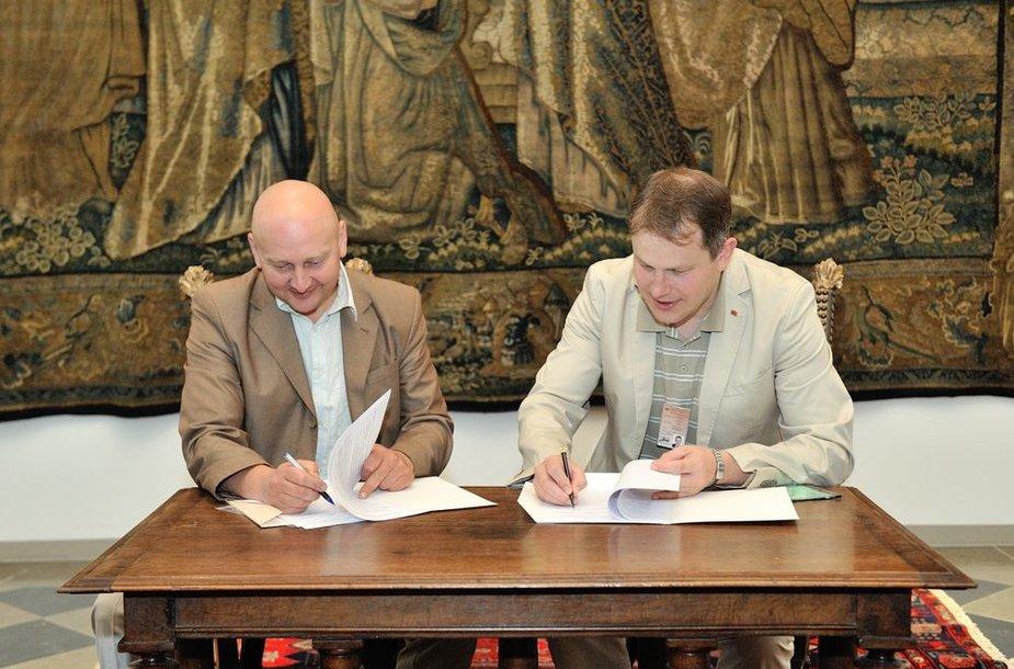 VĮ Vilniaus pilių direkcijos laikinai einantis direktoriaus pareigas Danius Malinauskas (kairėje) ir Nacionalinio muziejaus Lietuvos Didžiosios Kunigaikštystės valdovų rūmų direktorius Vydas Dolinskas pasirašė perdavimo-priėmimo aktą, kuriuo muziejui perduota dalis Vilniaus Žemutinės pilies valdovų