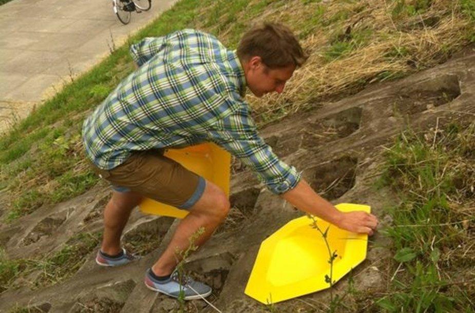 Neries krantinės šlaite atsirado 20 geltonų kėdučių
