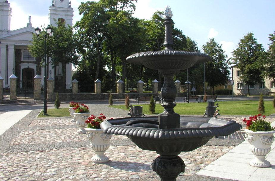 Aikštėje priešais Lazdijų bažnyčią stovintys fontanai