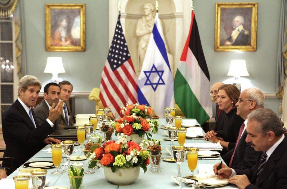 Izraelio vyriausioji derybininkė Tzipi Livni ir palestiniečių delegacijos vadovas Saebas Erakatas sėdėjo vienas šalia kito kartu su JAV valstybės sekretoriumi Johnu Kerry, dalydamiesi tradicine iftaro vakariene