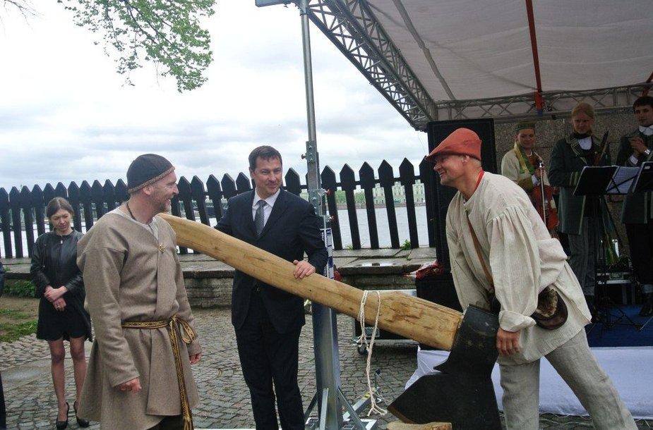 Vilniaus dienų Amatininkų šventės juostelę teko perkirsti kirviu.