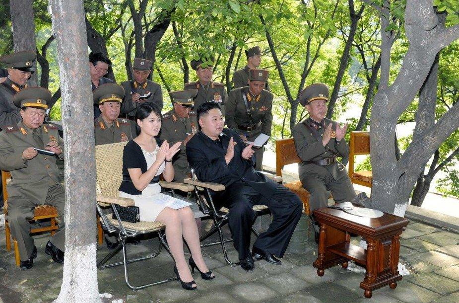 Šiaurės Korėjos lyderio ir jo žmonos apsilankymas kariniame dalinyje