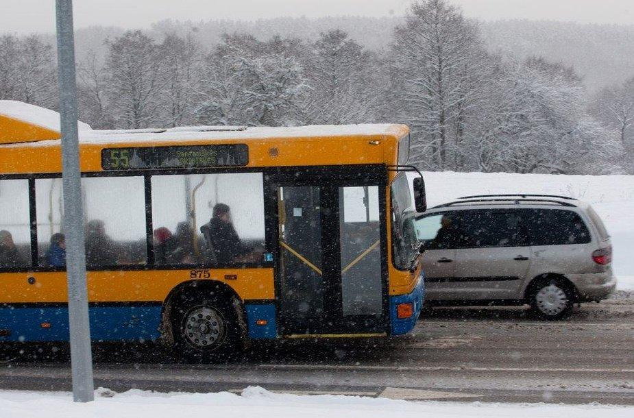 Vilniaus autobusai pirmadienį vėlavo, bet važiavo.