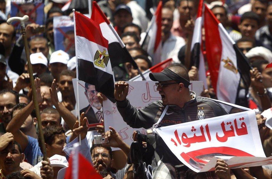 Kairo Tahiro aikštėje susirinko tūkstančiai protestuotojų