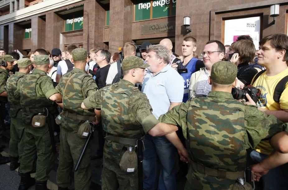 Aleksejaus Navalno šalininkus Maskvos centre tramdo teisėsaugos pareigūnai.