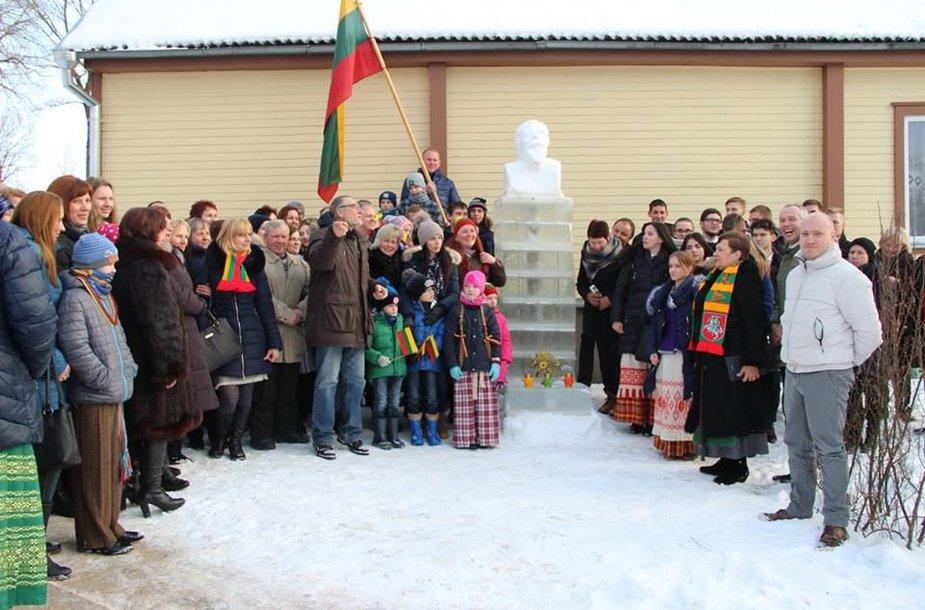 Ledinis paminklas Jonui Basanavičiui Leliūnuose.