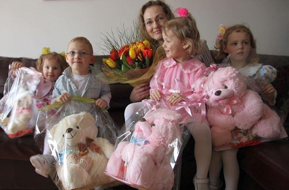 Erika Vasiliauskienė su trynukais ir metais jaunesne dukra