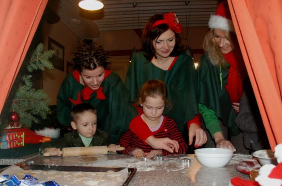 Eflų mokyklėlėje mažieji mokėsi kepti imbierinius sausainius.