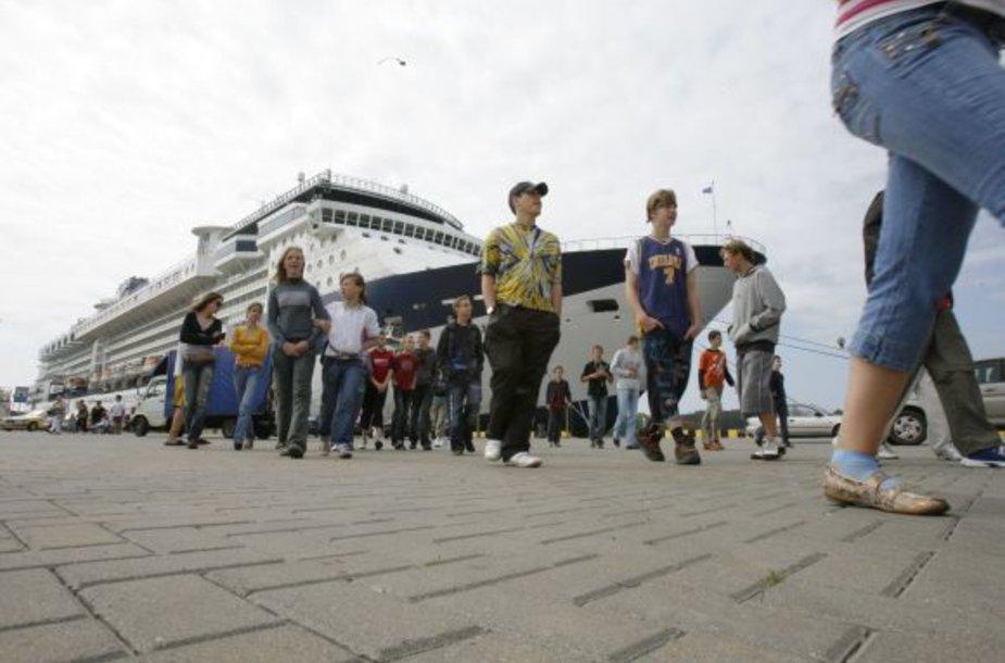 Iš laivo išlipę poilsiautojai Klaipėdoje pasigenda pramogų.