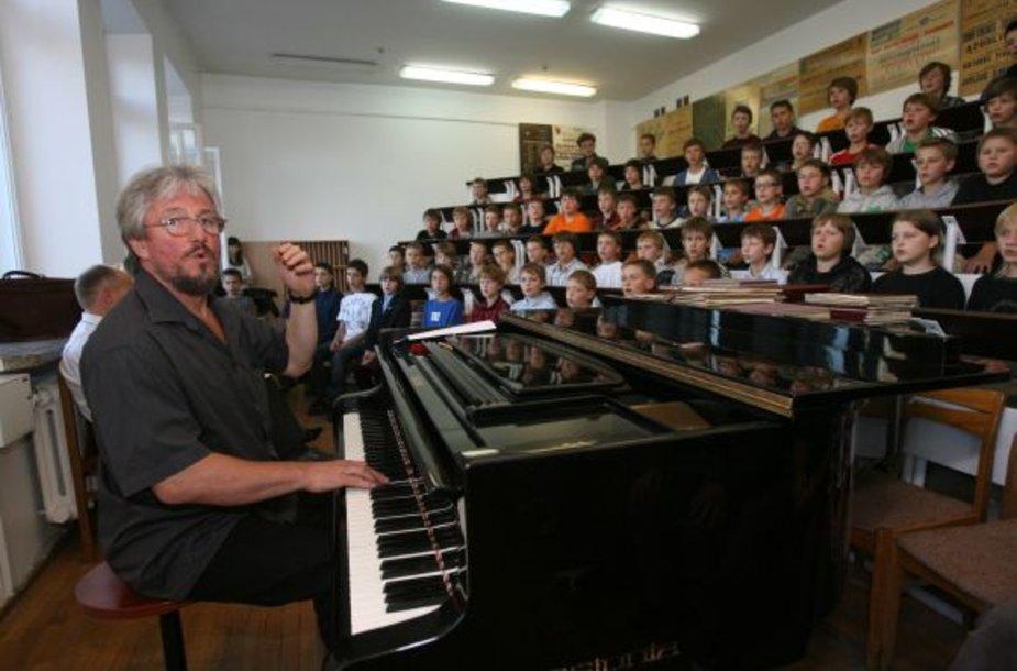 """Chorus vertins ilgametis konkurso komisijos narys, choro """"Ąžuoliukas"""" meno vadovas V.Miškinis."""