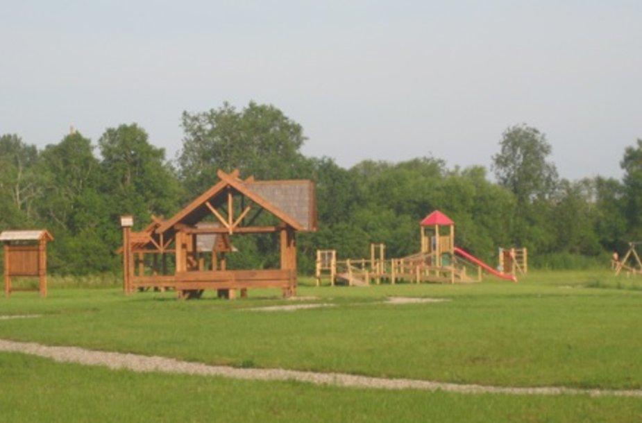 Padubysio miške įkurtoje stovyklavietėje yra viskas ko reikia poilsiautojo patogumui.