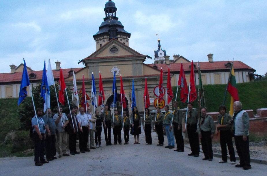 Lietuviškos vėliavos Radvilų pilies fone. Jos - Lietuvos bajorų sąjungos atstovų ir jaunųjų skautų rankose