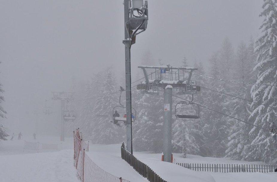 Rūkas ir debesys visiškai uždengė slidinėjimo kurortus