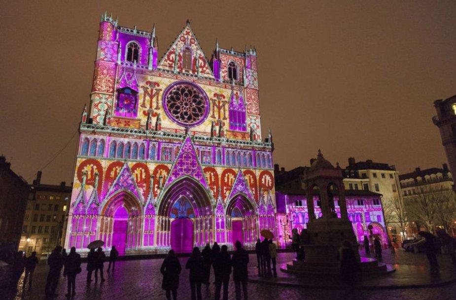 Mirganti Šv. Jono katedra per kasmetį milijonus turistų priviliojantį Šviesų festivalį (nuotr. lexpress.fr)