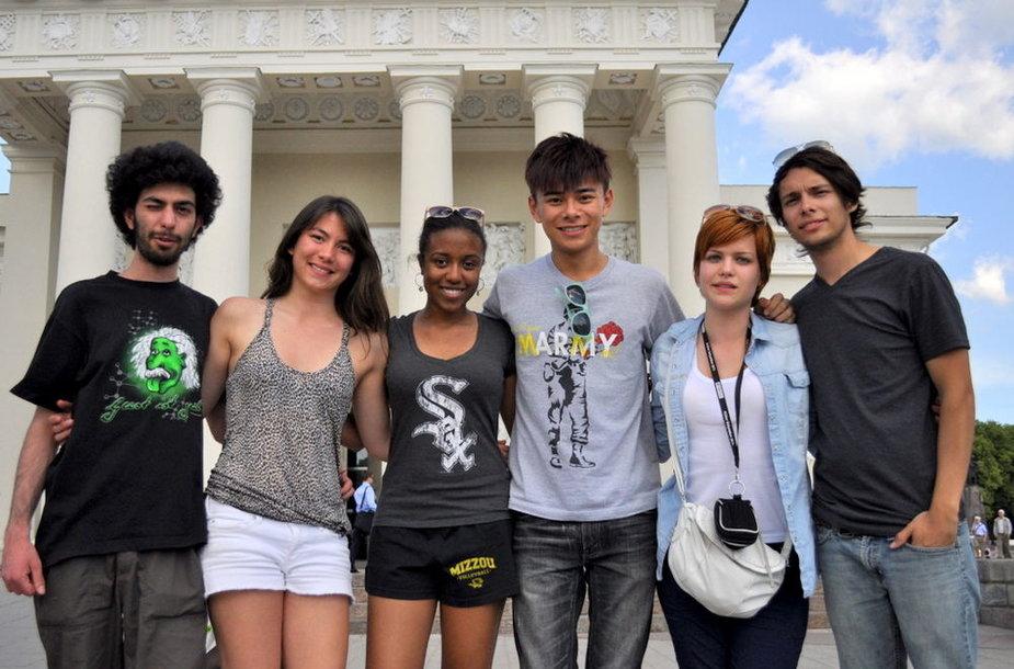 (Iš kairės) Italas Alessandro, prancūzė Lou, amerikietė Nina, kinas Leung, vengrė Nikolett ir meksikietis Tirzo jau Vilniuje