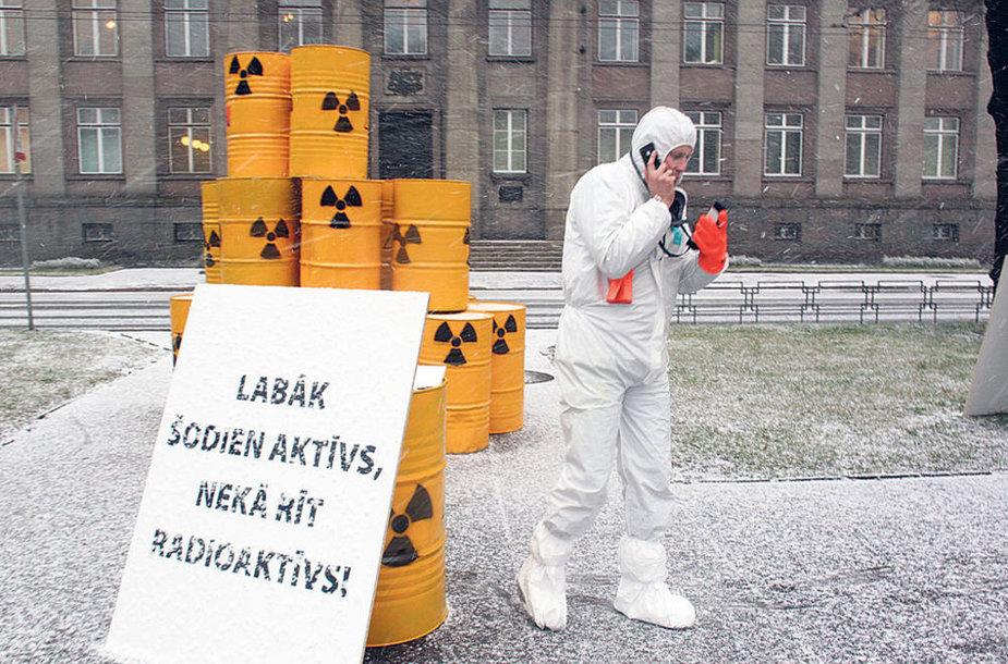 Один из латышских активистов, протестовавших на улице Риги против строительства Висагинской атомной электростанции. На плакате написано: «Лучше быть сегодня активным, нежели завтра радиоактивным»