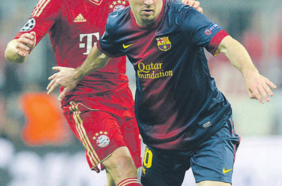 Полузащитник мюнхенской «Баварии» Франк Рибери (слева) и форвард «Барселоны» Лионель Месси в борьбе за мяч.