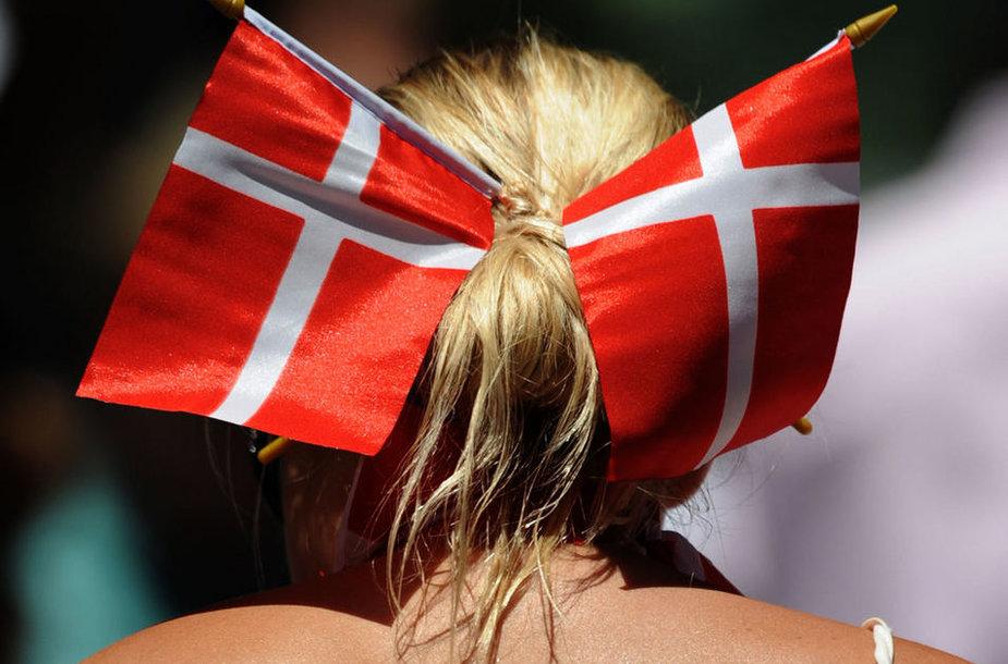 Девушка с флагами Дании
