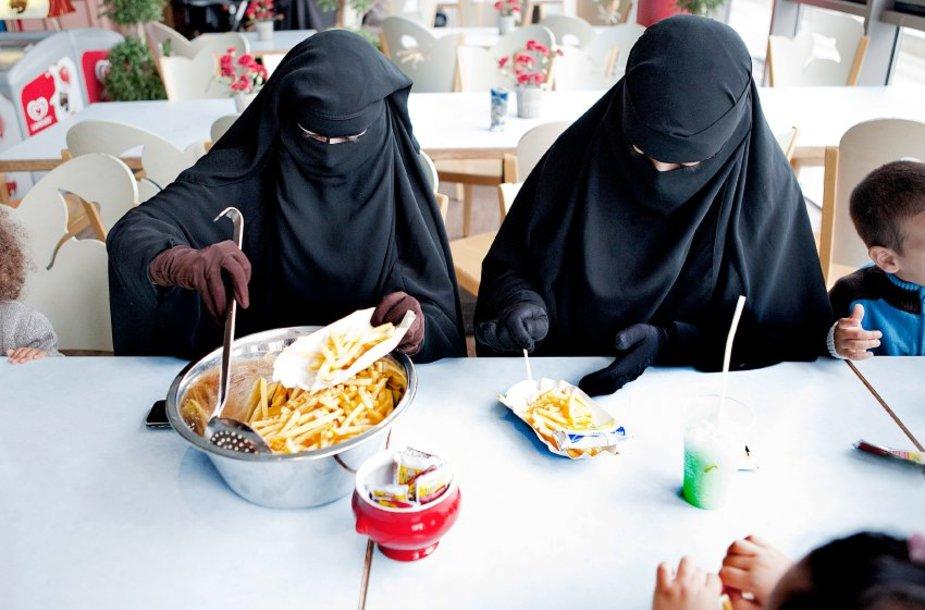 Salafistės, net ir valgydamos, bijo atverti pašaliniams veidą.