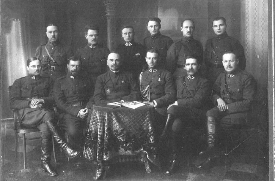 Generolas Maksimas Katche (antras iš kairės sėdi) ir Lietuvos karininkai 1920 m.