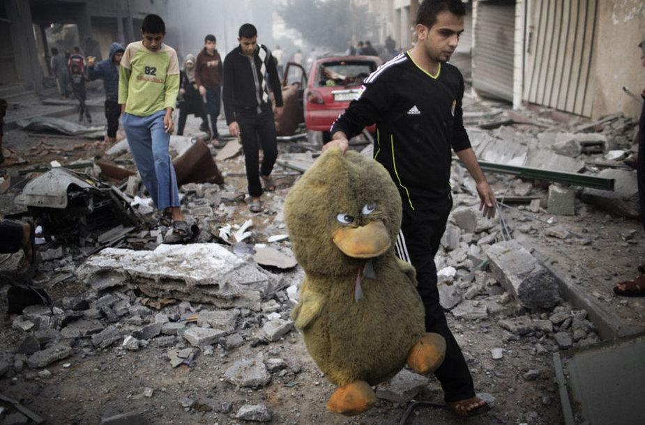 Палестинец после обстрела Израильских ВВС.
