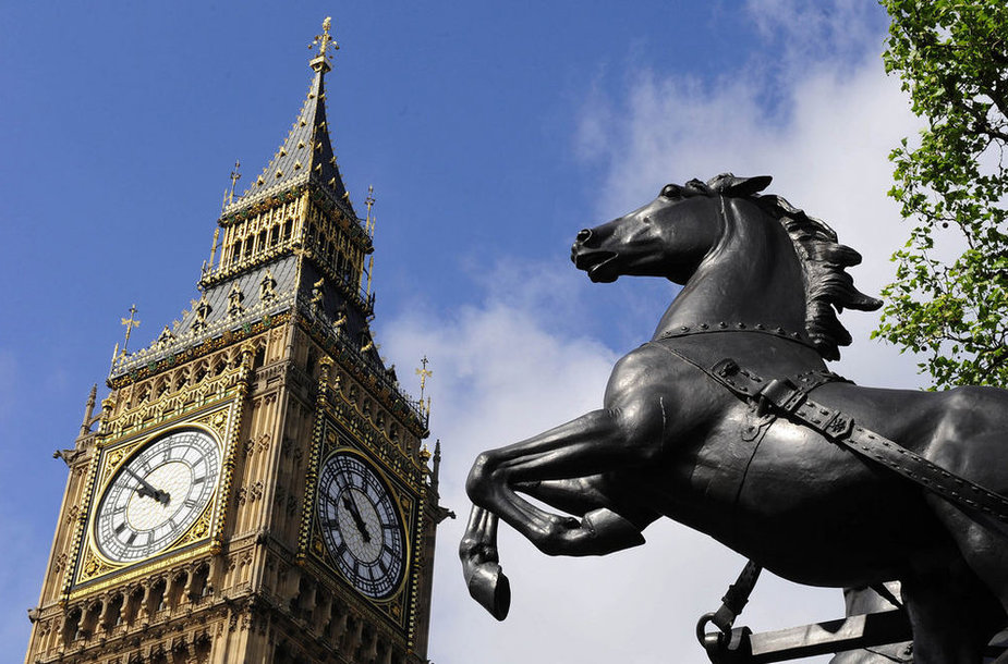 The Big Ben clock tower at the Houses of Parliament is seen next to a sculpture, in Westminster, in central London May 15, 2009. Britons angered by their MPs' lavish expense claims say they will exact revenge at the ballot box next month, with Labour set to be the prime target. REUTERS/Toby Melville