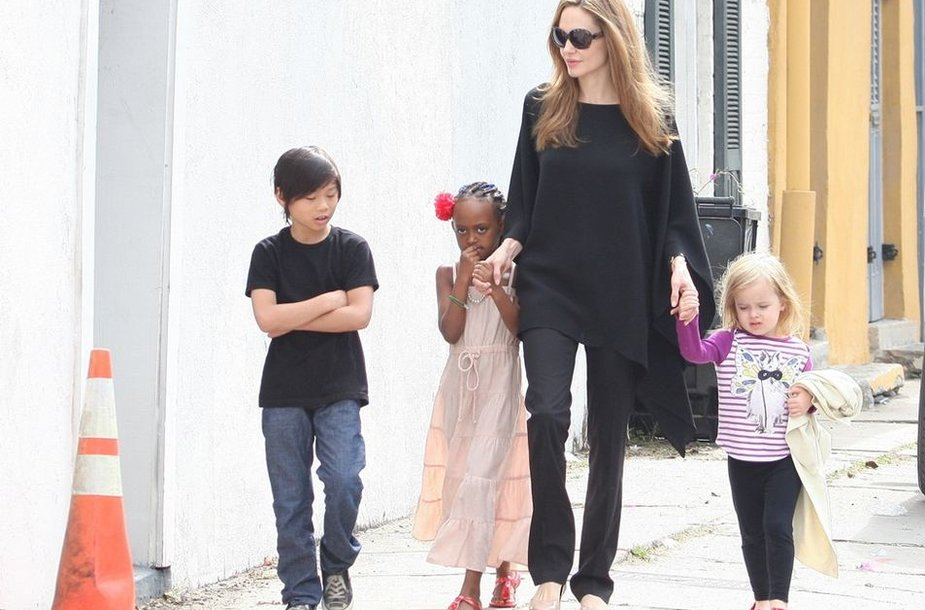 Angelina Jolie su sūnumi Paxu, dukromis Zahara ir Vivienne