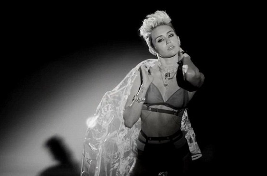 "Miley Cyrus vaizdo klipe ""Fire"""