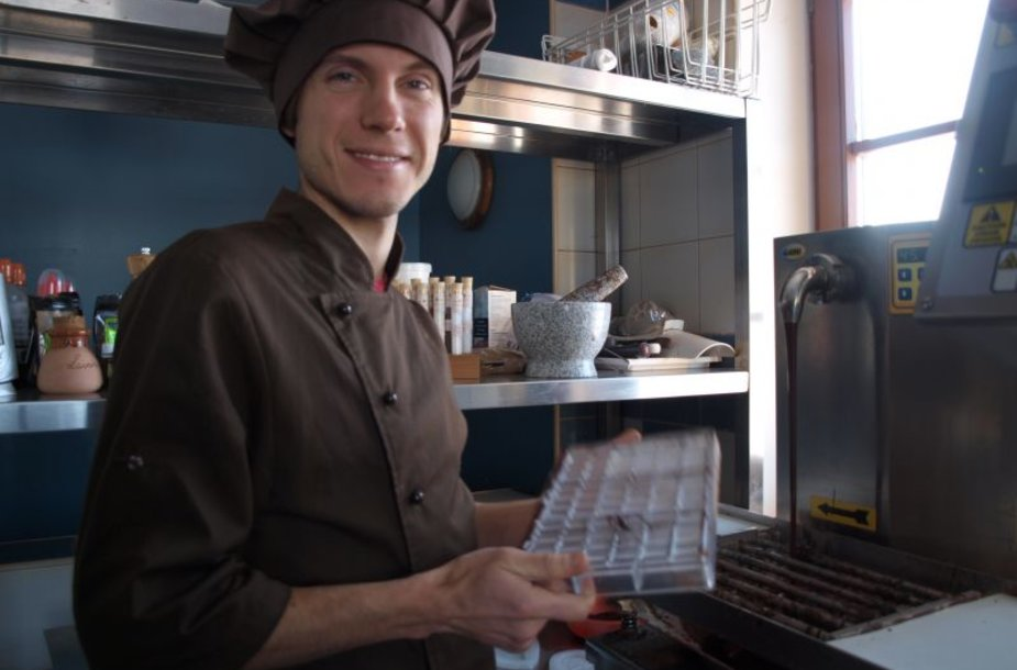Šokolado alchemiku save vadinantis Domantas Užpalis gamina šokoladą nuo pupelės iki plytelės