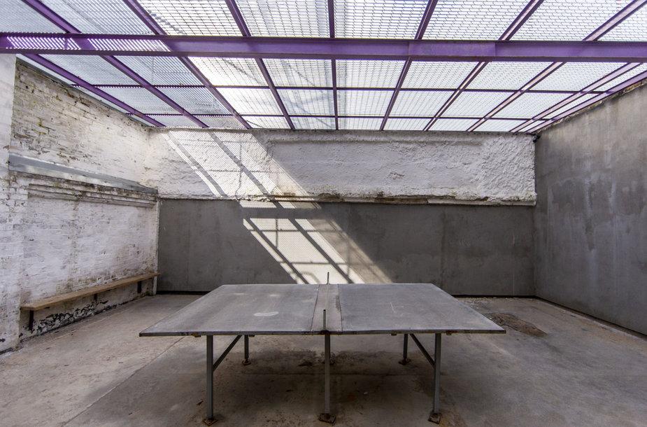 Stalo teniso stalas. Tačiau į šia vietą kaliniai renkasi mieliau pakalbet negu pažaist.