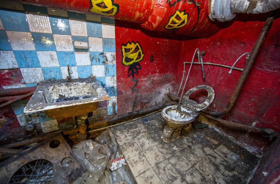 """Apleista bombų slėptuvė, kurioje vėliau buvo įsikūręs pankų klubas """"Bombiakas"""""""
